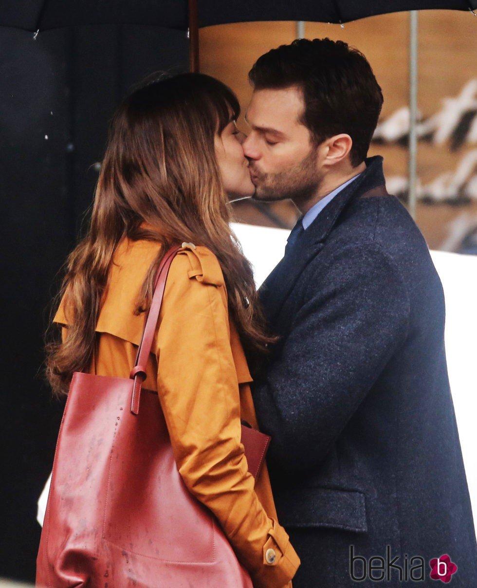 Jamie Dornan y Dakota Johnson besándose en el rodaje de 'Cincuenta sombras más oscuras'