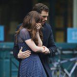 Jamie Dornan consolando a Dakota Johnson en el rodaje de 'Cincuenta sombras más oscuras'