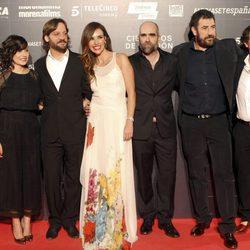 Daniel Calparsoro con Luis Tosar, Patricia Vico, Marian Álvarez, Rodrigo de la Serna y Luis Callejo en el estreno de la película 'Cien años de perdón'