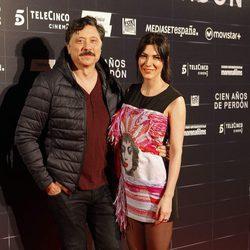 Carlos Bardem y su novia Cecilia Gessa en el estreno de la película 'Cien años de perdón'