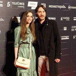 El actor Alberto Ammann y su pareja Clara Méndez-Leite en el estreno de la película 'Cien años de perdón'