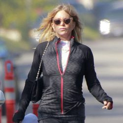 Goldie Hawn pasea por el barrio de Pacific Palisades con los planos de su nueva casa