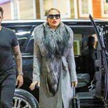 Jennifer Lopez con un abrigo gris y una estola de piel para protegerse del frío de Nueva York