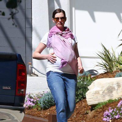 Anne Hathaway pasea embarazada por Los Angeles