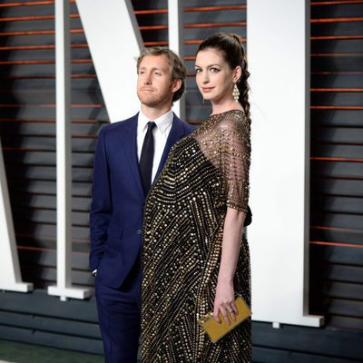 Anne Hathaway con su marido Adam Shulman en la fiesta de Vanity Fair con motivo de los Oscar 2016