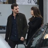 Jamie Dornan y Dakota Johnson intercambian miradas en el rodaje de 'Cincuenta sombras más oscuras'