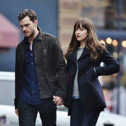 Jamie Dornan y Dakota Johnson cogidos de la mano en el rodaje de 'Cincuenta sombras más oscuras'