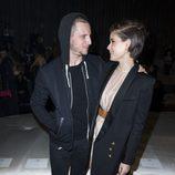Kate Mara y Jamie Bell cariñosos durante el desfile de 'H&M Studio' en la Fashion Week de París Otoño/Invierno 2016/2017