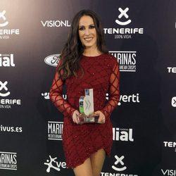 Malú con su galardón en los Premios Cadena Dial 2015
