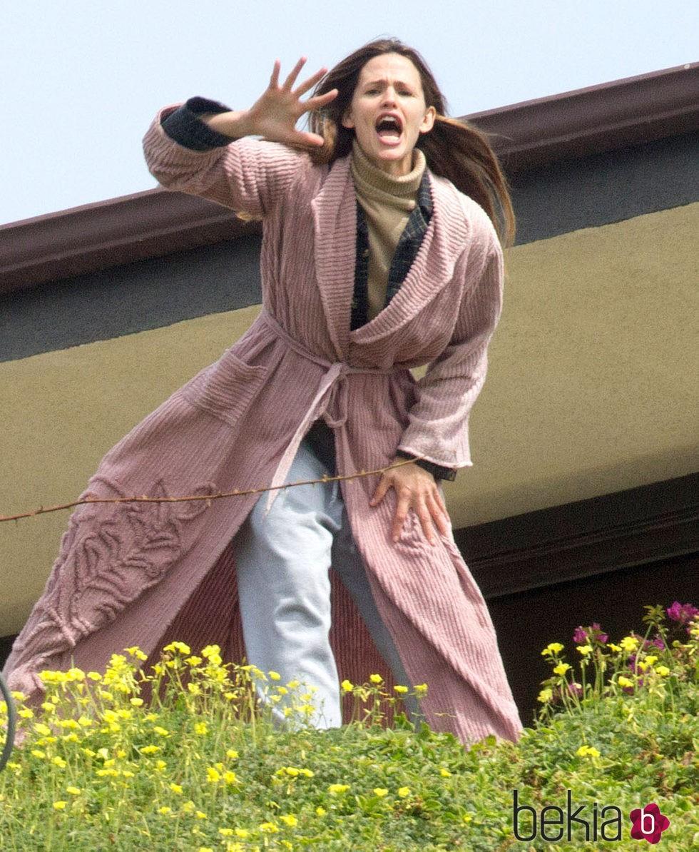 Jennifer Garner gritando con una bata rosa en el rodaje de 'The Tribes of Palos Verdes'