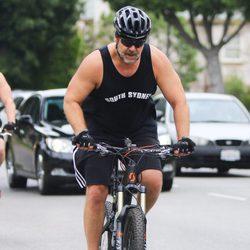 Russell Crowe montando en bici por Beverly Hills