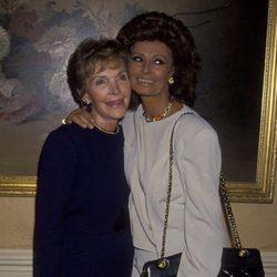 Nancy Reagan y Sophia Loren en el hotel Beverly Wilshire en Beverly Hills en 1993