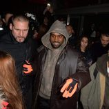 Kanye West en el front row del desfile de Givenchy en Paris Fashion Week otoño/invierno 2016/2017