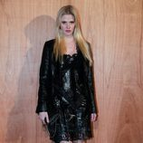 Lara Stone en el front row del desfile de Givenchy en Paris Fashion Week otoño/invierno 2016/2017
