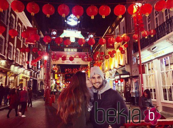 Malena Costa y Mario Suárez presumen de amor en el barrio chino de Londres