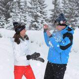 El Príncipe Guillermo y Kate Middleton jugando con la nieve en los Alpes