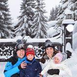 Los Duques de Cambridge con sus hijos Jorge y Carlota en la nieve