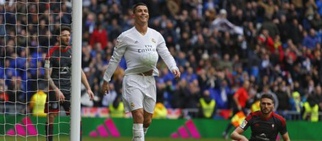 Cristiano Ronaldo celebra un gol metiéndose el balón bajo la camiseta
