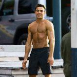 Zac Efron luciendo torso desnudo en el rodaje de 'Baywatch'