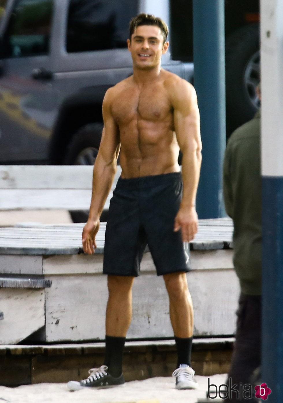 Zac Efron luciendo tor... Zac Efron