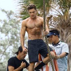 Zac Efron luce músculos en el set de rodaje de 'Baywatch'