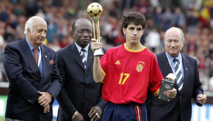 Cesc Fàbregas recibe la copa de plata en el Mundial Sub-17 de 2003