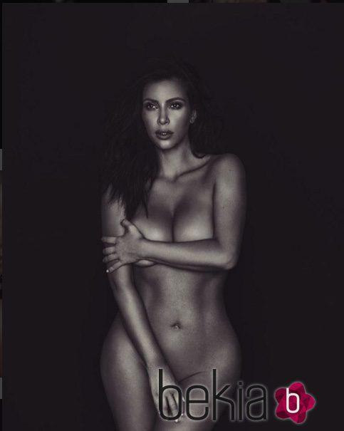 Kim Kardashian posa desnuda