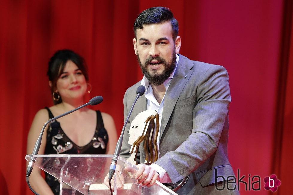 Mario Casas recogiendo su galardón de los Premios Fotogramas de Plata 2015