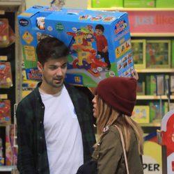 Chabelita Pantoja y Alejandro Albalá compran los regalos para el segundo cumpleaños de Alberto Isla