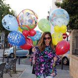 Anabel Pantoja con globos para celebrar el segundo cumpleaños de Alberto Isla