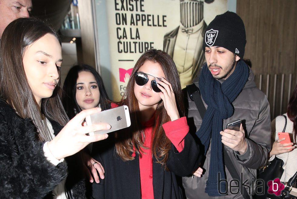 Selena Gomez acosada por sus fans a su llegada al aeropuerto de París