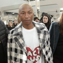 Pharrell Williams en el desfile de Chanel en Paris Fashion Week otoño/invierno 2016/2017