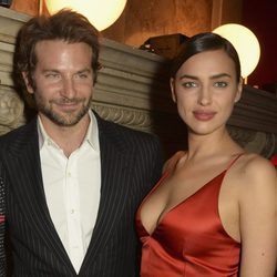 Bradley Cooper e Irina Shayk en la fiesta L'Oreal Paris Red Obsession