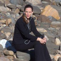 Jennifer Garner escuchando música durante el rodaje de 'The Tribes of Palos Verdes'