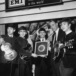 Los 'Beatles' junto a su productor George Martin