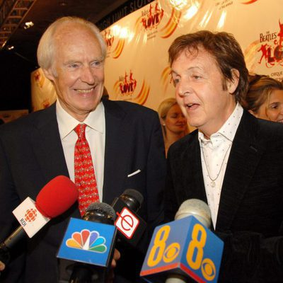 Paul McCartney junto al productor musical George Martin