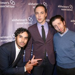 Kunal Nayyar, Jim Parsons y Simon Helberg en una fiesta solidaria de 'The Big Bang Theory'