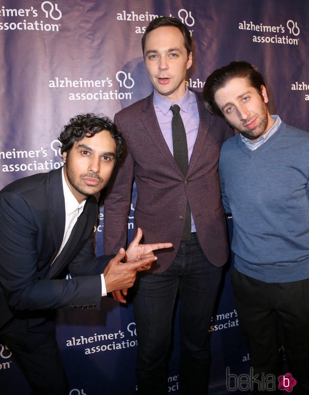 Kunal Nayyar, Jim Parsons y Simon Helberg en una fiesta solidaria de 'The Big Bang Theory'