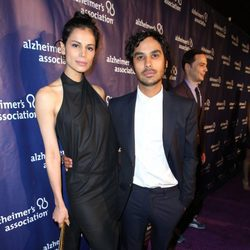 Neha Kapur y Kunal Nayyar en una fiesta solidaria de 'The Big Bang Theory'
