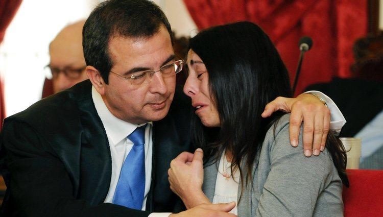 Raquel Gago llora junto a su abogado en el juicio por el asesinato de Isabel Carrasco
