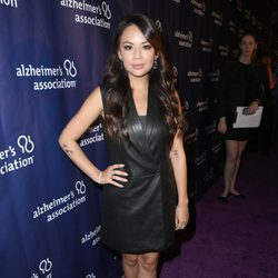 Janel Parrish en una fiesta solidaria de 'The Big Bang Theory'