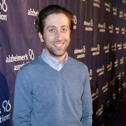 Simon Helberg en una fiesta solidaria de 'The Big Bang Theory'
