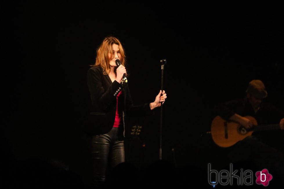 Carla Bruni cantando en un concierto solidario en París