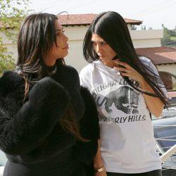 Kim Kardashian compartiendo confidencias con su hermana Kourtney Kardashian