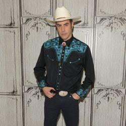 Sacha Baron Cohen vestido de vaquero para promocionar 'Agente contrainteligente'