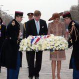 Guillermo Alejandro y Máxima de Holanda rinden homenaje al Soldado Desconocido en París