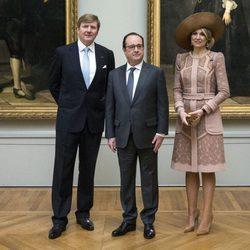 Guillermo Alejandro y Máxima de Holanda con François Hollande en el Louvre de París