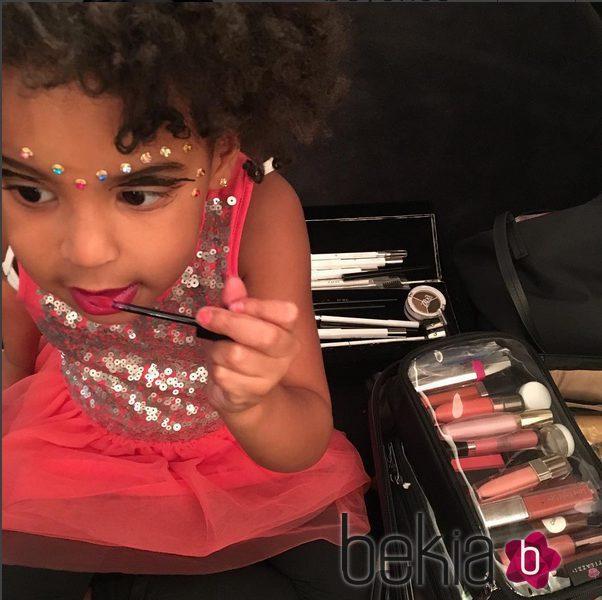 Blue Ivy Carter juega con el maquillaje de Beyoncé