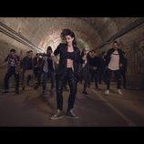 Barei junto a varios bailarines en el videoclip de 'Say yay!'