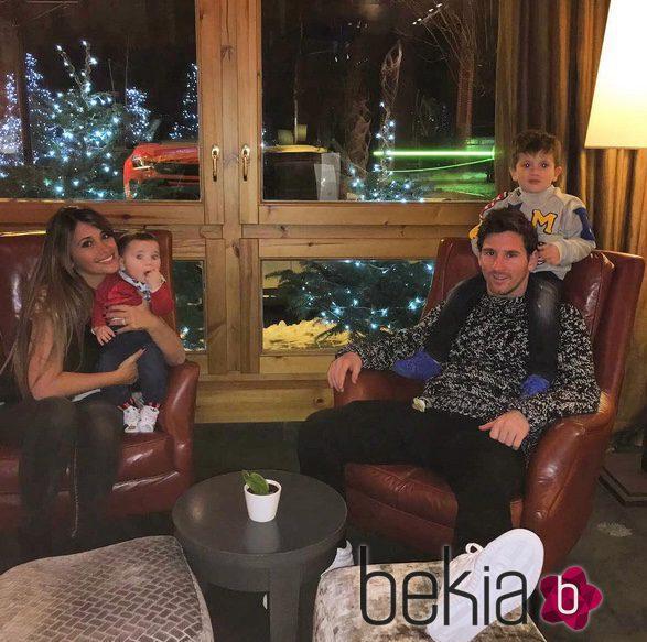 Leo Messi y Antonella Roccuzzo con sus hijos Thiago y Mateo en la nieve